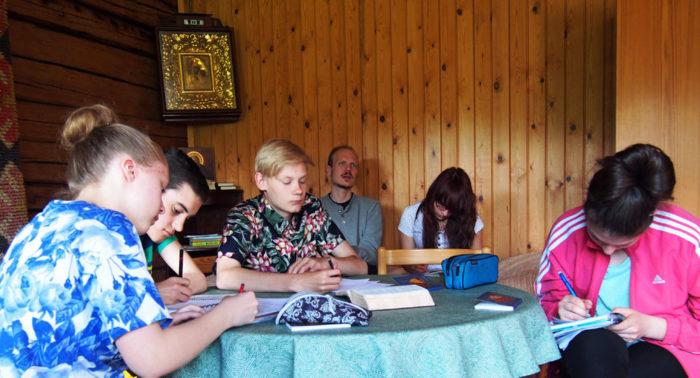 Посвященный молитве урок в православном молодежном лагере, организованном в Линтульском монастыре близ Хейнявеси.