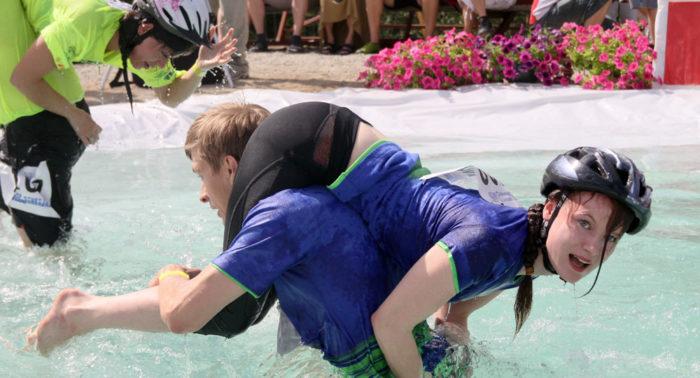 На Чемпионате по ношению жен участники состязаний преодолевают различные препятствия на дистанции длиной 253,5 метра.