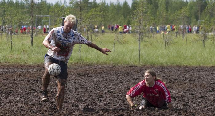 Бег по болоту улучшает уровень физической подготовки – а футбол еще больше.