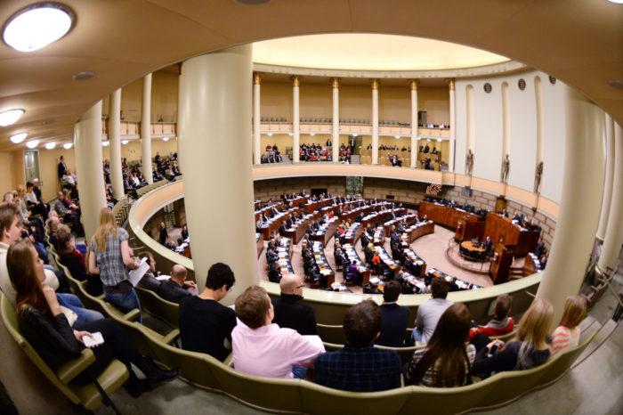 В Хельсинки можно прямо с улицы и безо всяких документов зайти в парламент и с балкона для публики понаблюдать за его работой.