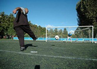 Mohammed Abdelgayed (au milieu du but) espère que le football aidera Moustapha Abdelwahab à s'intégrer à la société finlandaise, comme ce fut le cas pour lui-même voici six ans.