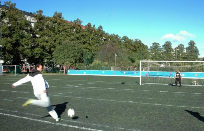 Mohammed Abdelgayed (à g.) et Tiia Nohynek (à dr.) organisent des matchs de foot réunissant des immigrés et des Finlandais. Le réfugié irakien Moustapha Abdelwahab donne ici de sa personne comme gardien de but.