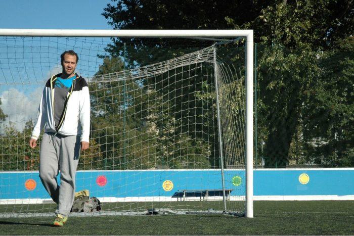 """Ano passado, o clube dos árbitros de Helsinque, Erotuomarikerho, intitulou o egípcio Mohamed Abdelgayed de """"O Rei dos campos de cascalho""""."""