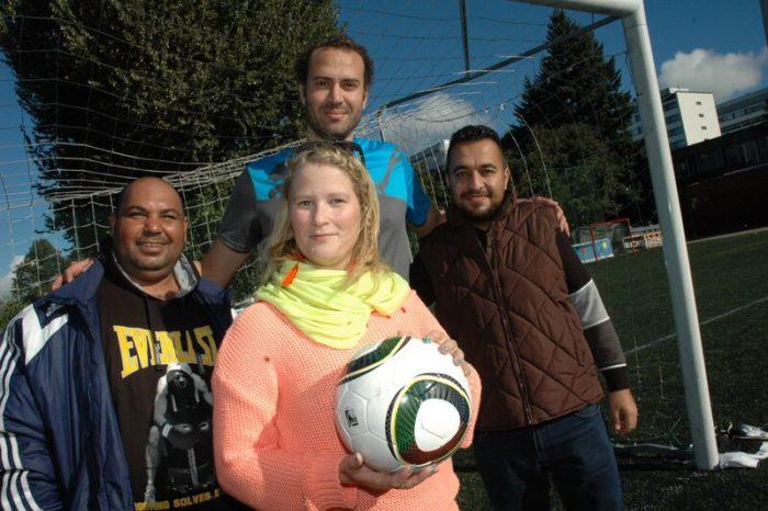 Mustafa Abdelwahab (links), Tiia Nohynek, Mohamed Abdelgayed und Ali Gazi kommen regelmäßig auf dem Fußballfeld zusammen. Mustafa und Mohamed spielen normalerweise, Tiia organisiert und Ali schaut den Spielen zu.