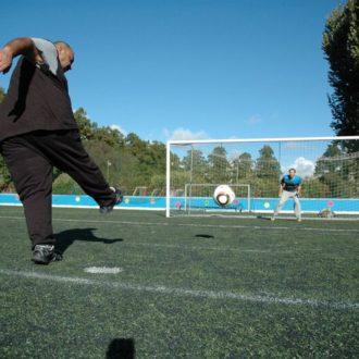 Mohamed Abdelgayed (no gol) espera que o futebol ajude Mustafa Abdelwahab a se integrar na sociedade finlandesa, como fez com ele quando chegou aqui há seis anos.