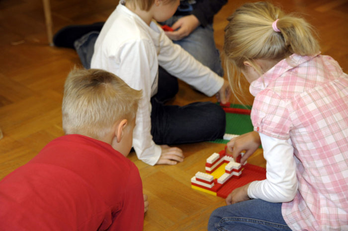 Подготовительный класс может располагаться при школе или в детском саду.