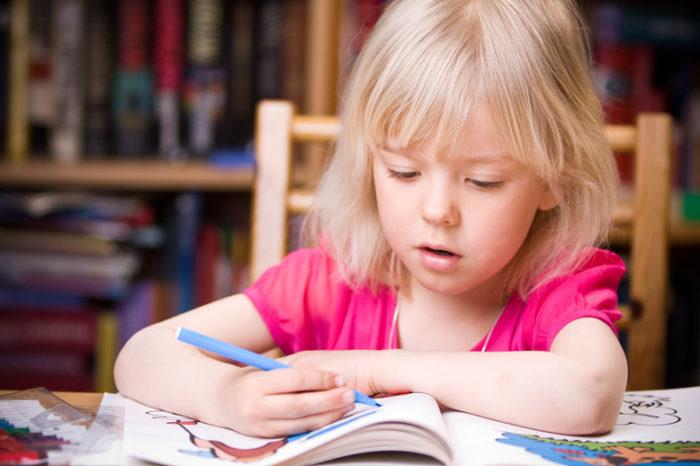 Учеников знакомят с буквами и цифрами, им читают истории и сказки. Дети сами много рисуют, лепят и делают поделки.