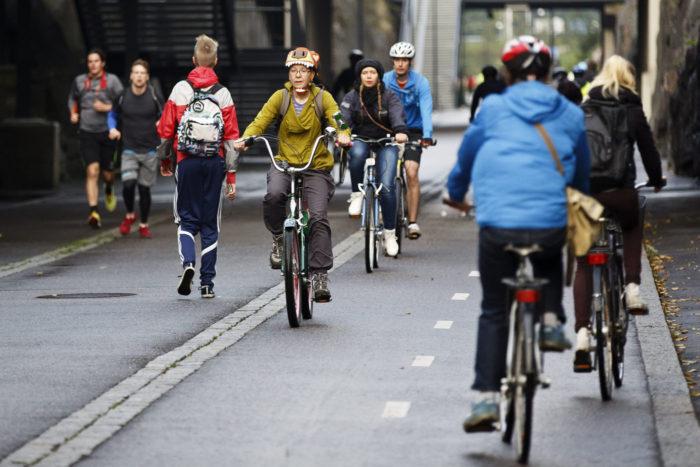 Велосипеды не загрязняют окружающую среду, не издают шума, не создают пробок. И велосипедисты здоровее других людей. Значит, можно сказать, что от езды на велосипеде выигрывает и общество.