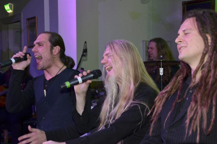 Новый альбом Raskasta Joulua, Tulkoon joulu, презентовали на концерте, состоявшемся в одной из церквей в Хельсинки в начале ноября. Хотя концерт был большей частью акустическим, металлисты распустили свои длинные волосы в радостном предрождественском настроении, и церковь заполнил тяжёлый метал. На фото слева направо: Й-П Леппялюото, Марко Хиетала и Илья Ялканен.