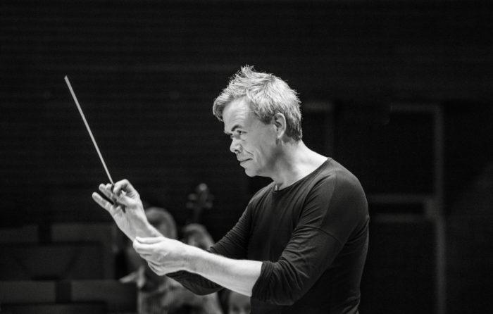 """O maestro principal da Orquestra Sinfónica da Rádio Finlandesa, Hannu Lintu, acredita que Jean Sibelius ficaria feliz em receber um presente dos músicos pelo seu 150º aniversário: """"Eu acho que ele teria ficado encantado se os músicos simplesmente o agradecessem por suas composições. Acredito que ele apreciaria este presente mais do que qualquer outro."""""""