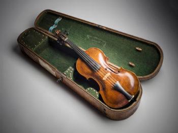 1881年,西贝柳斯从舅舅那里得到了一把小提琴。制作者:Santo Serafin(1668-1748),意大利威尼斯。私人收藏。