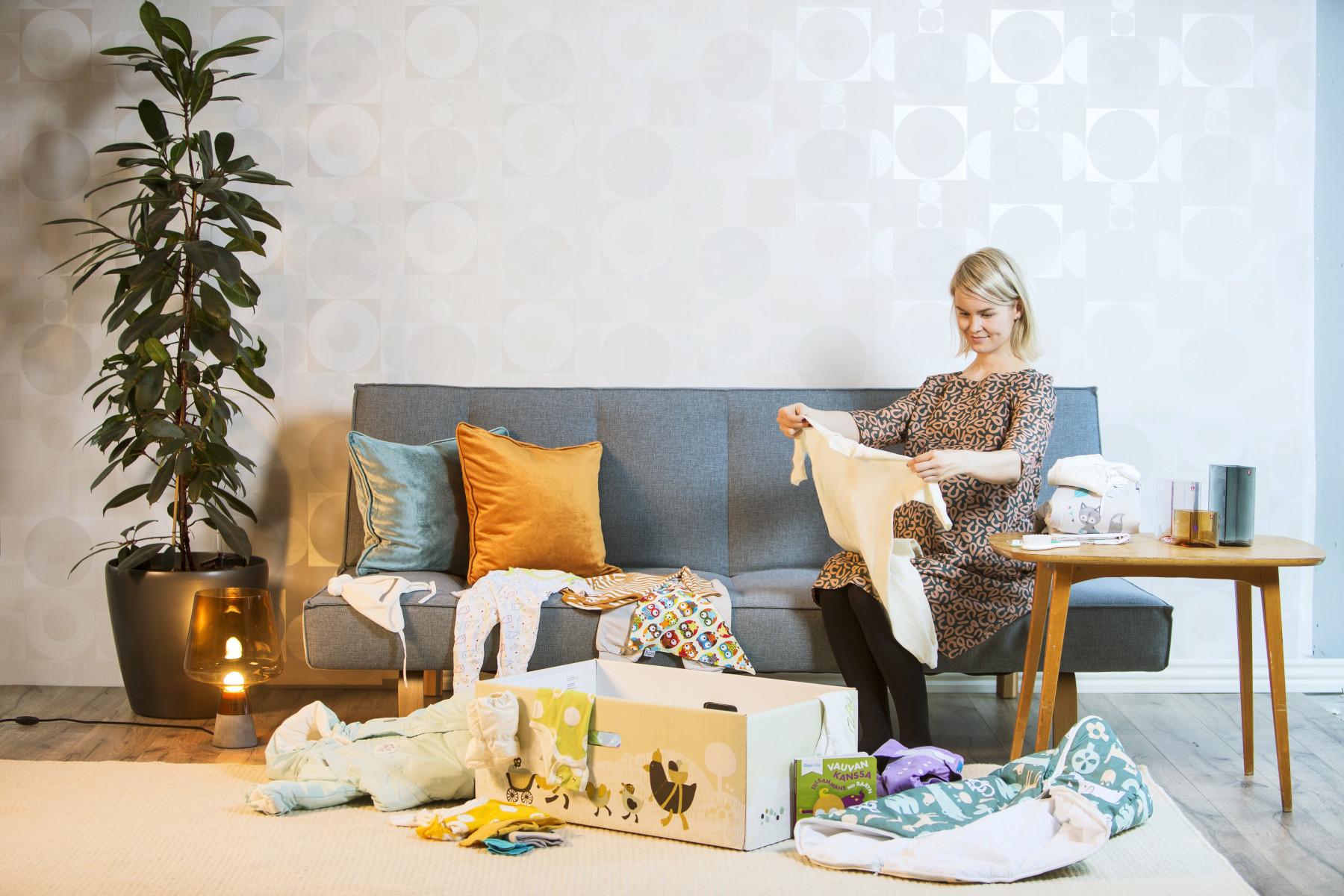 """Na Finlândia e nos outros países nórdicos é completamente normal que os bebês tirem cochilos à tarde ao ar livre, mesmo em temperaturas abaixo de zero. É por isso que a caixa de bebê inclui um macação acolchoado e um saco de dormir. """"Todos os pais finlandeses sabem que os bebês dormem melhor ao ar livre. Esta é uma tradição muito longa. E tudo depende da roupa certa: quanto mais frio estiver, mais camadas você adiciona"""", diz o pediatra Erik Qvist, do Centro Médico Pikkujätti para Crianças e Jovens."""