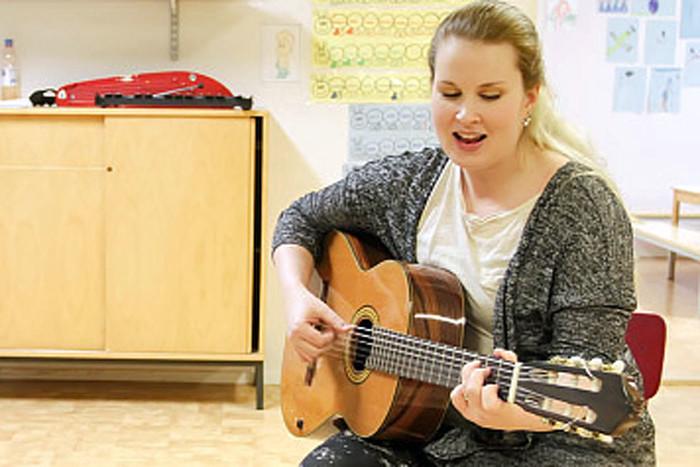 «Цель музыкального обучения в раннем возрасте – пробудить интерес и любовь ребенка к музыке, подарить позитивный опыт и создать предпосылки для увлечения музыкой в старшем возрасте», говорит преподаватель музыки Анна-Стина Копонен.