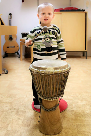 От усталости Мити после детсадовского дня не остается и следа, когда он бьет в барабан в музыкальной школе.