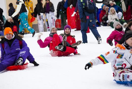 Estudantes tiram o máximo de proveito dos festivais de carnaval: eles montam um programa turbulento de competições de trenó com música, churrasco, bebidas e muita diversão na neve. 'Laskiaisrieha' em Tähtitorninmäki, em Helsinque, é um dos maiores eventos de estudantes na Finlândia durante todo o ano.