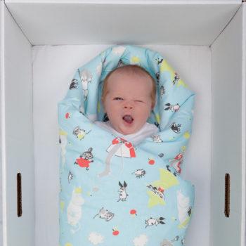 """Desde o início, a caixa vem com um colchão, pois é destinada a atuar como """"primeiro berço"""" para o bebê. Até hoje esta ideia é muito popular entre as famílias finlandesas, independentemente da renda que tenham."""