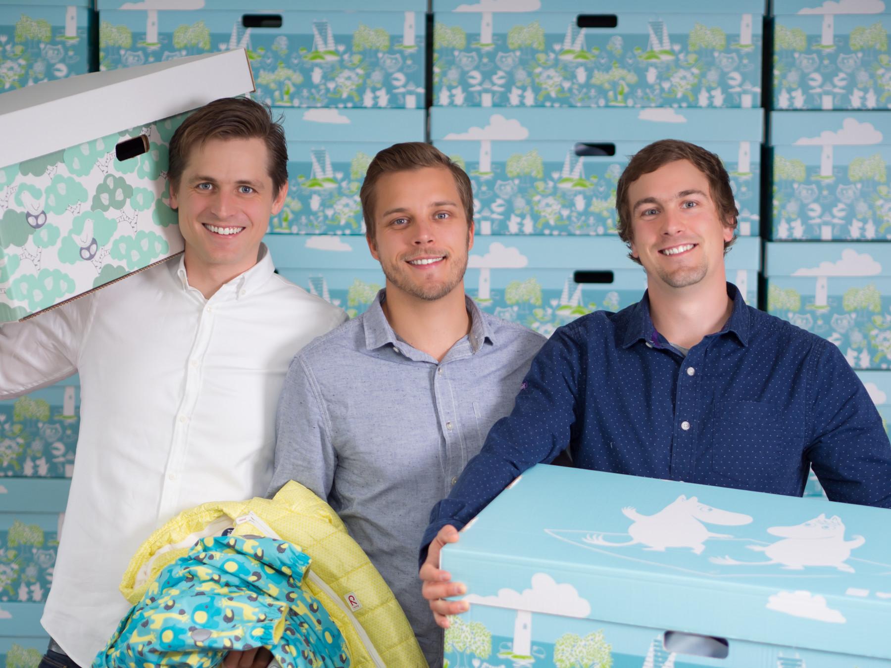 Das Finnish Baby Box-Trio (von links): Heikki Tiittanen, Anton Danielsen und Anssi Okkonen haben zusammen acht Kinder. Als sie ihr Unternehmen begannen, leitete Tiittanen das Unternehmen in seinem Vaterschaftsurlaub, während sein Sohn Mittagsschlaf hielt.