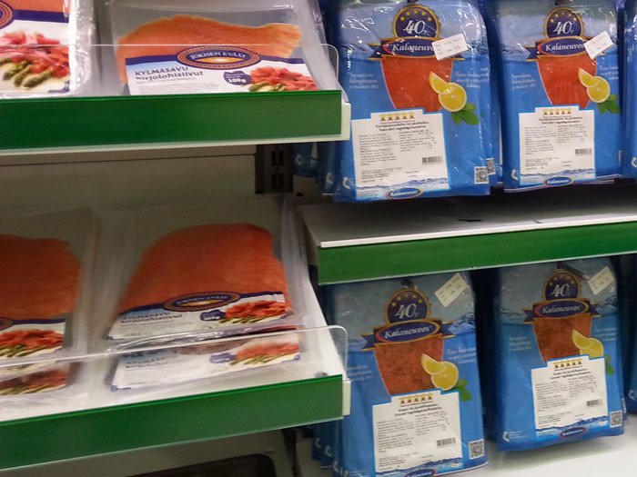 Финляндия славится своей рыбой, ловить лосося сюда приезжал сам император Александр III. Нам проще: вкусный сувенир продается в любом магазине. Запоминайте: graavilohi – это слабосоленый лосось, kylmäsavulohi – лосось холодного копчения, savulohi – горячего. Отличный лосось продается на рынках, но ввозить рыбу в Россию можно только в заводской упаковке.