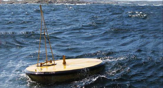 استطاعت  الشركات الفنلندية التي تعمل في مجال توليد الكهرباء من الأمواج تطوير أفضل أنواع التكنولوجيا في العالم. بدأت شركة فورتام (Fortum) العمل في مجال توليد الكهرباء من الأمواج منذ عام 2007. صورة: فورتام Fortum