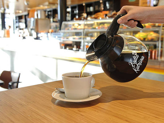 Финны – чемпионы мира по кофепитию, и выбор кофе здесь необычайно широк. На вкус обычно товарища нет, но для сувенира прекрасно подойдут самые популярные и наиболее покупаемые в Финляндии марки «Juhla Mokka» и «Kulta Katriina».
