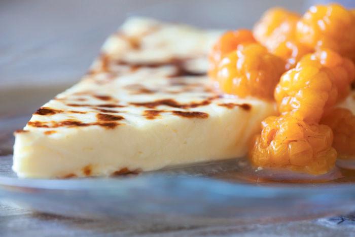 Морошка – финская национальная ягода. «Я привожу в подарок друзьям морошковый ликер», – говорит программист из Эспоо Алексей Выскубов. Для непьющих годится морошковое варенье. Особенно хорош с ним хлебный сыр (leipäjuusto), их даже продают в комплекте.
