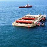 WaveRoller 是一种安装在近岸海床上的金属板,会在海浪的推动下来回摇摆。照片提供:AW-Energy公司