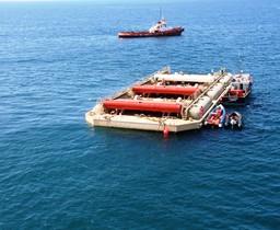 WaveRoller – это металлическая прикрепленная к морскому дну неподалеку от берега панель, которая под влиянием импульсов волн совершает непрерывное движение вперед и назад.