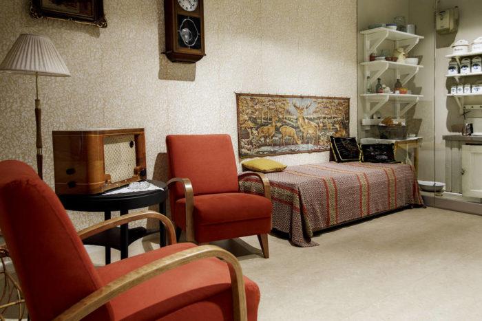 В квартире 1950-х годов на выставке «Хельсинки: избранное» можно попробовать, как ощущается мебель того времени.