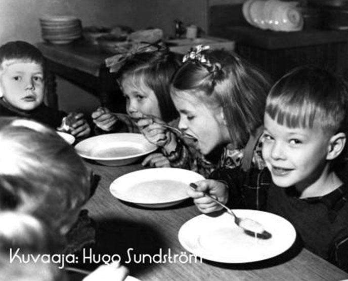 Законы о бесплатном питании в детских садах, школах, гимназиях и училищах, гарантированном дошкольном и школьном образовании упростили жизнь работающих финок.