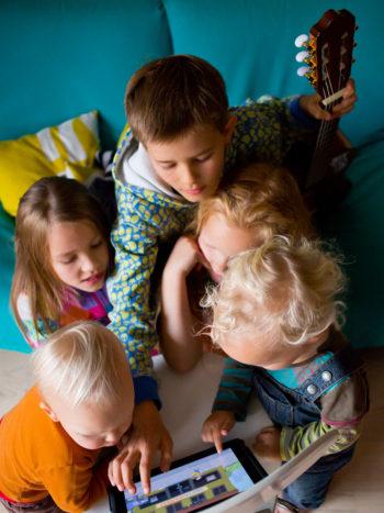 Четырежды папа говорит, что он испытывает счастье, когда просто смотрит на играющих детей. При этом старшие дети занимают младших и помогают растить их.