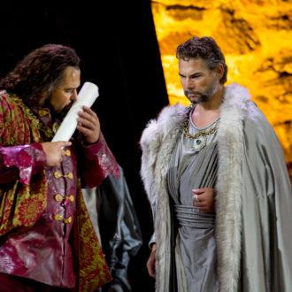Als bejubelter Held kehrt der tapfere Mohr und Feldherr Otello auf seine Heimatinsel zurück, nicht ahnend, dass sich sein ärgster Feind in der eigenen Truppe befindet. Kristian Benedikt als Otello und Petri Lindroos als Lodovico.