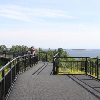 На острове Валлисаари есть два проложенных туристических маршрута – «Александровская тропа» протяженностью 3 километра и «Царский остров» протяженностью 2,5 километра. Оба маршрута оснащены указателями, на них предусмотрены удобные места для привала и отдыха.