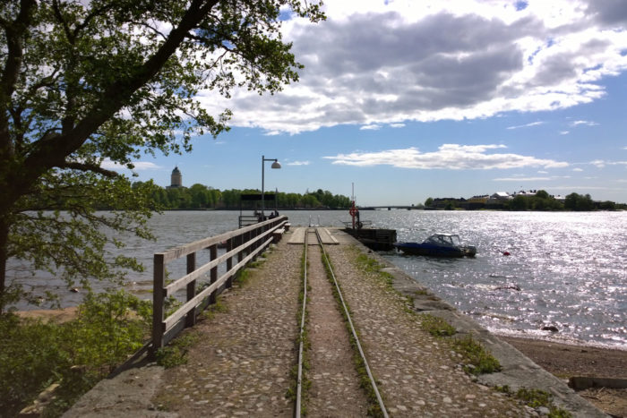 Небольшой остров Лонна в семи минутах хода на моторной лодке от причала у Рыночной площади знаменит тем, что именно здесь состоялся заключительный этап переговоров об окончании русско-шведской войны 1808— 1809 годов.