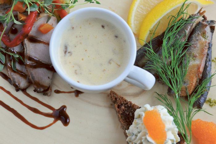 Финская кухня не так знаменита, как, скажем, грузинская, но в ней встречаются истинные шедевры. Коронным блюдом, визитной карточкой страны актер Вилле Хаапасало считает рыбный суп на молоке или сливках. «Еще недооценивают ряпушку, а это уникальная рыба». Кроме рыбы стоит попробовать мясо оленя, например, поджарку с картофельным пюре и брусничным вареньем.