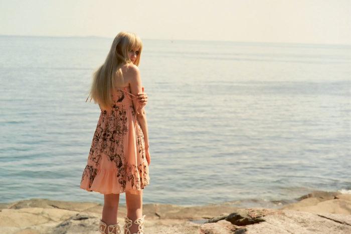 Пропаганде этого мифа способствует финская улица, одетая спортивно и демократично. Она обманывает: финны прекрасно умеют одеваться, просто для всего есть место и время. Строгие костюмы царят в госучреждениях и банках, вечерние наряды и туфли на каблуках – на свадьбах и президентских приемах. А финские модельеры широко известны в мире, достаточно вспомнить Marimekko или Паолу Сухонен, создавшую бренд Ivana Helsinki, который первым из брендов северных стран был представлен на Неделе моды в Париже.