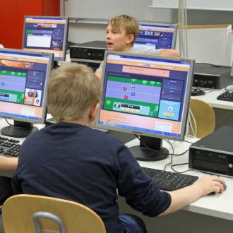Вместо того, чтобы решать в тетради бесконечно скучные примеры из таблицы умножения, мальчишки гоняют в Формулу 1. Больше примеров решил правильно – быстрее мчит болид по трассе, больше ресурсов для его тюнинга.