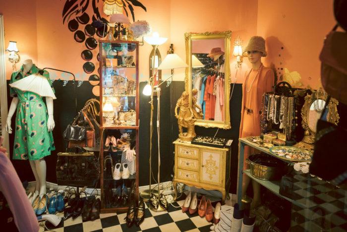 В ассортименте «винтажного бутика» Hoochie Mama Jane есть красивые платья от 1920-х до 1980-х годов, костюмы разных эпох можно найти под любую вечеринку. Среди нарядов есть уникальные вещи, пошитые на заказ из дорогих материалов, обувь, аксессуары и украшения.