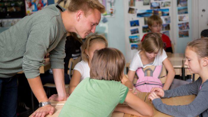 芬兰的高素质教师在管理班级时享有很大的自主权。