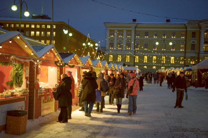 В Финляндиии перед Рождеством проходит множество ярмарок, где можно найти традиционные, а также оригинальные подарки местного изготовления. На фото: Рождественская ярмарка Tuomaan markkinat в Хельсинки.