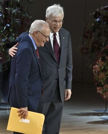 Оливер Харт (слева) и Бенгт Холмстрём после выступления с Нобелевской лекцией в Стокгольме 8 декабря 2016 года.