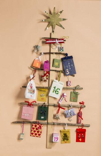 Самодельные рождественские календари помогают детям дожидаться прихода Рождества. Такие календари бывают самых разных форм – картонные, домики, гирлянды из спичечных коробков, мешочков, пакетиков и свертков, украшенных лентами и узорами. В них скрываются, например, конфеты, записки, безделушки и прочие маленькие подарки.