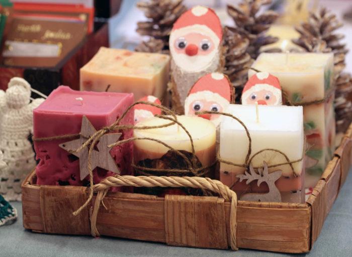 В каждом финском доме найдутся рождественские сладости и украшения, сделанные своими руками – например, игрушки, самодельные свечи, гирлянды, картонные фигурки ангелов, гномов и многое другое.