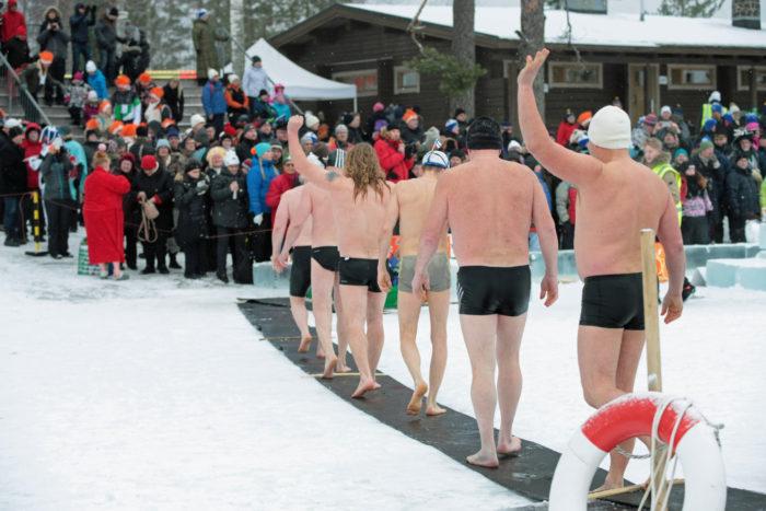 ثمة تناقض كوميدي بين ملابس الشتاء الثقيلة والمعاطف وسترات الثلج الخاصة بالفنلنديين وسترات السباحة التي يرتديها المتسابقون.