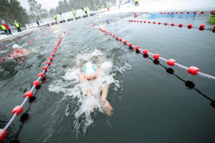 في بطولات السباحة الشتوية المحلية، تجعل درجات الحرارة المنخفضة الحارات تبدو وكأنها أطول من 25 مترًا (82 قدمًا).