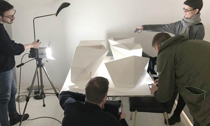 نموذج معماري للجناح الفنلندي يوضح مبانيه الخمس.