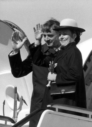 الرئيس ماونو كوفيستو وزوجته تيلرفو يلوحان قبل أن يستقلا الطائرة في زيارة رسمية للسويد في عام 1982، وذلك في وقت مبكر من رئاسته.
