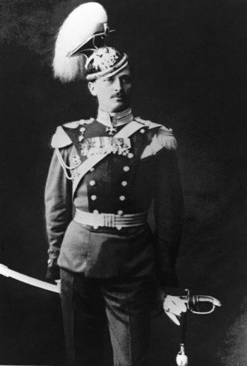 يقف مانرهايم مرتديًا زي الجيش الروسي في أوائل القرن العشرين.