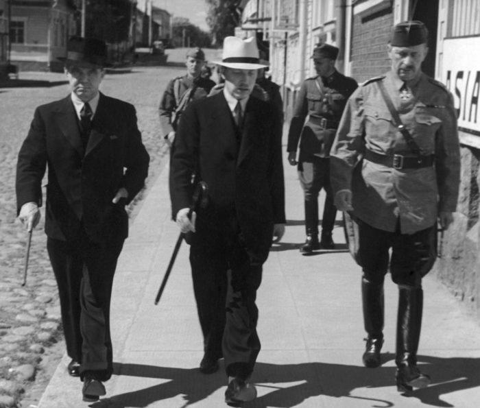 في يوليو عام 1941، يسير مانرهايم (على اليمين) مع الرئيس ريستو ريتي (في الوسط) ورئيس الوزراء جوكا رانجل في مدينة ميكلي، حيث كان مقر الجيش.