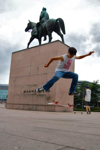 ارتفعت عبر عقود من الزمان مبانٍ جديدة شاهقة حول تمثال مانرهايم في هلسنكي، ويمارس الأطفال حاليًا الألعاب على ألواح التزلج في الساحة المحيطة به.