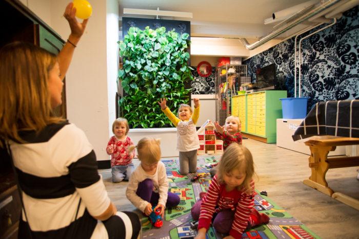 حائط أخضر في مركز للرعاية النهارية في وسط فنلندا يساعد على الاحتفاظ بنقاء الهواء من أجل رئة الأطفال الصغيرة.